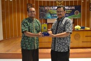Pemberian Kenang-kenangan dari Prodi Biologi UAD kepada Bapak Dr. Agung Budiharjo, S.Si., M.Si.
