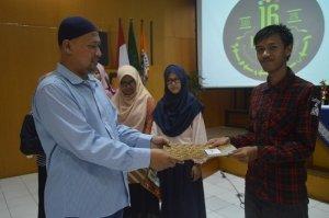 Pemberian sertifikat dan uang pembinaan kepada juara lomba herbarium