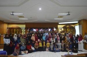 foto bersama jajaran dosen dan mahasiswa biologi