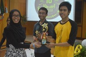 pemberian trophy pada pemenang lomba fotografi